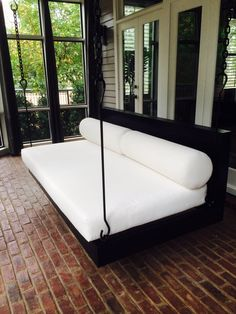 Considering a more modern porch swing bed for the walk-out basement patio area near the pool Outdoor Hanging Bed, Hanging Beds, Hanging Chairs, Indoor Outdoor, Porch Bed, Diy Porch, Swing Design, Bed Design, Patio Swing