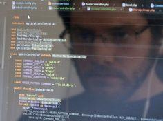 """J'aurais dû faire développeur.L'un des quelques métiers dans lesquels le salarié a aujourd'hui la main et peut envoyer balader son patron.Un développeur, résume Wikipédia, """"réalise des logiciels en créant des algorithmes d'après un """"cahier des charges"""" et les met en œuvre dans un (ou plusieurs) langages de programmation"""".Ajoutons : les meilleurs peuvent exiger de son employeur qu'il lui amène un Cacolac le matin et un demi à l'heure du goûter, qu'il repeigne les murs du bureau en vert pomme…"""