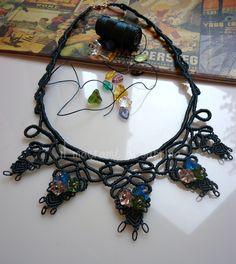 collana con ornamento in c-lon mm.0,5 verde petrolio