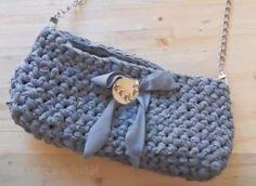 borsa pochette all'uncinetto con la fettuccia