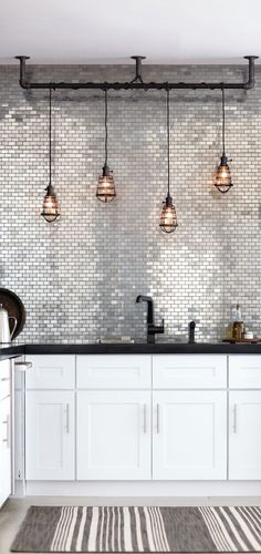 Accumulation de suspensions industrielles dans la cuisine  http://www.homelisty.com/accumulation-enfilade-suspensions/