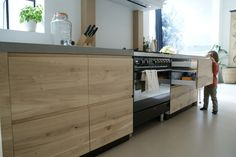 IKEA keuken karkas aangekleed door FRONTZ! Massief eikenhouten, greeploze fronten en deuren met beton ciré aanrechtblad en zwarte plinten. Kijk ook op www.myfrontz.nl
