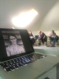 """Per l'associazione di counseling Trarre, all'interno del workshop di formazione """"Fotografia e counseling. La narrazione di sé"""" conduco l'intervento su """"Fotografie e comunicazione"""" centrato sui dispositivi emozione / riflessione e vicino / lontano, in grado di produrre una specifica relazione con il fruitore. Culture"""