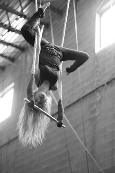 Find images and videos about circus and trapeze on We Heart It - the app to get lost in what you love. Aerial Acrobatics, Aerial Dance, Aerial Hoop, Aerial Arts, Aerial Silks, Partner Yoga, Circus Aesthetic, Circo Vintage, Circus Art