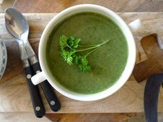 Een heerlijk romige soep, met extra knoflook en peterselie voor nog meer zuiverende werking. Hop naar buiten om brandnetels te plukken!  | http://degezondekok.nl