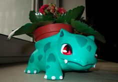 Decorate your garden or porch with this beautiful collection of Pokemon flower pots! These are the cutest & best Bulbasaur plant pots out there. Pokemon Go, Pokemon Decor, Pokemon Diys, Clay Pokemon, Pokemon Bulbasaur, Type Pokemon, Pokemon Stuff, Deco Gamer, Crochet Geek