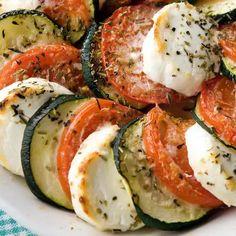 Avocado Egg, Caprese Salad, Food And Drink, Breakfast, Recipes, Table Settings, Morning Coffee, Place Settings, Insalata Caprese