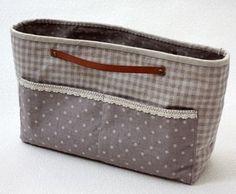 バッグをしょっちゅう替える人にとって、中のアイテムをいちいち入れ替えるのは面倒な...