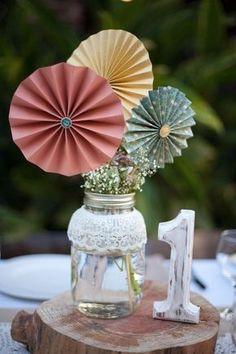 Decoração de casamento sem flores. É possível? Sim!!! Por exemplo com Papel e Origami: Outro detalhe que dá pra fazer em casa, com um pouquinho de empenho e tempo. Cortinas de tsurus, buquês de origami, painéis pra foto… Veja mais em: http://casacomidaeroupaespalhada.com/2015/09/17/decoracao-de-casamento-sem-flores/