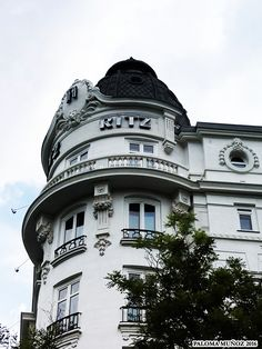 Hotel Ritz fue inaugurado por Alfonso XIII en 1910. Sus arquitectos fueron el francés Charles Frederic Mewes y el español Luis de Landecho. En 2010 cumplió cien años. The Hotel Ritz was inaugurated for the King Alphonse XIII of Spain in 1910. Its architects were French Monsieur Charles Frederic Mewes and the Spanish Luis de Landecho.