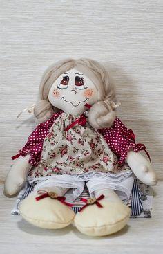 Lala uszyta z bawełny, włoski wykonane z wełny czesankowej, buzia malowana ręcznie
