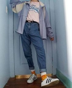 rosa t shirt blaue windjacke mama jeans orange socken weiße turnschuhe Vintage Outfits, Retro Outfits, Casual Outfits, Summer Outfits, Summer Clothes, 80s Inspired Outfits, 80s Style Outfits, Disco Clothes, Indie Clothes