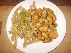 mussels and pasta (with some peas) salad - great tasting recipe, very simple and healthy to make . Mussel Meat Recipe, Cooking Mussels, Great Recipes, Favorite Recipes, Pea Salad, Cooking Recipes, Healthy Recipes, Pasta Salad Recipes, Food To Make