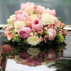 Blumenschmuck für Ihr Hochzeitsauto mit Pfingstrosen und Rosen