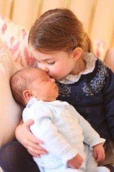 英ルイ王子にシャーロット王女がキス、キャサリン妃撮影の写真公開