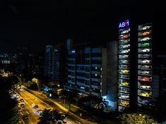 シンガポールは世界でもっとも生活程度の高い国だ。同時にもっとも土地が狭い国でもある。つまりスーパーカーを吐き出す巨大な自動販売機を設置するのにシンガポール以上に適した国はない。 そう、そのとおり。車の自販機だ。普通のショールームで中古車を販売していたAutobahn Motorsはこのほど15階建ての自動車自販機ビルを建設した。子供のおもちゃ箱に隠されたミニカー陳列棚そっくりだ。…