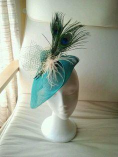 Tocado turquesa con plumas de pavo real