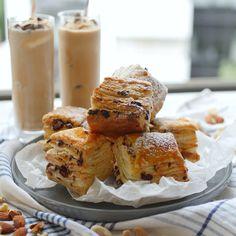 「チョコチャンクスコーンパイ」のレシピと作り方を動画でご紹介。カフェの定番、チョコチャンクスコーンをパイ生地でアレンジしてみました。いつものスコーンとはまた違ったサクサク食感が楽しめますよ!休日のおやつにぜひ作ってみてくださいね。