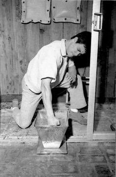Bruce Lee practicing stabbing fingers exercise