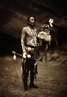 A Navajo man in ceremonial dress. Curtis, Via Well… Un uomo navajo in abito cerimoniale. Fotografia di Edward S. Curtis, Via Wellcome Library, Londra Native American Beauty, Native American Photos, Native American Tribes, American Indian Art, Native American History, American Indians, Sioux, Edward Curtis, Navajo People