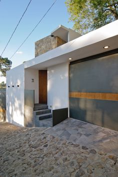 Small and simple but lovely modern facade. By alexandro velázquez