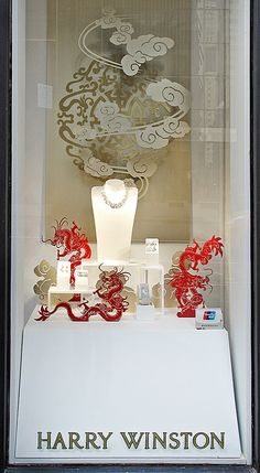 (A través de CASA REINAL) >>>>  This shadowboxes window display sync the Year of Dragon in the Chinese culture while uses color contrast of sparkling pieces and lucky red dragons PD