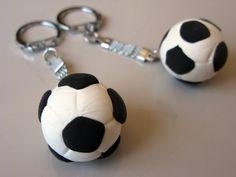 El regalo perfecto para cualquier hombre que le interesa el fútbol. ¡Haz un llavero personalizado para tu hermano, novio o padre! Consulta nuestro tutorial en muysencillo.com