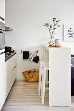 cocina blanca en el salón - Ideas para crear un pequeño comedor en la cocina