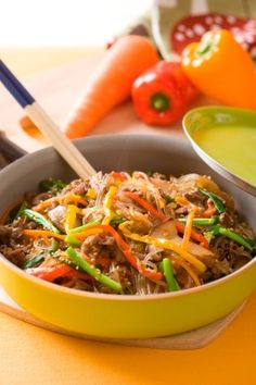 楽天が運営する楽天レシピ。ユーザーさんが投稿した「フライパンひとつで本格韓国料理 チャプチェ」のレシピページです。フライパンは、火の通りが早いので、炒め物や焼き物だけでなく、揚げものや煮ものなどにも使えて便利。底面が広く少し深さのあるものがおすすめ。。チャプチェ。牛バラ切り落とし肉,醤油(下味用),酒(下味用),にんじん,カラーピーマン,生しいたけ,ごま油,水,ビーフコンソメ,韓国春雨(又は緑豆春雨)