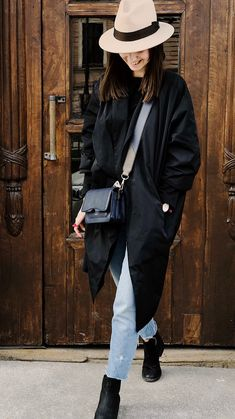 Black Long coat ideas for winter. Stylish and cool! Fashion Design Books, Autumn Street Style, Photos Of Women, Look Fashion, Street Fashion, Wearing Black, Free Stock Photos, Blue Jeans, Winter Outfits