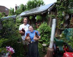Este casal inglês gasta menos de R$ 14 por mês em contas de eletricidade e aquecimento. Yvonne e Steven Lucas vivem em Basingstoke, Hampshire, e reduziram drasticamente as suas despesas domésticas através da instalação de painéis solares, do aumento da produção dos seus próprios alimentos e da recolha da água da chuva para usar na cozinha e no banheiro.