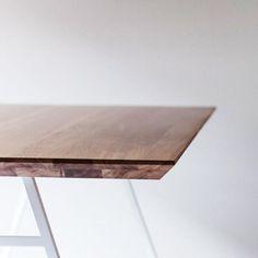 Nowość od @borcaseu  Stól Klippe to połączenie lekkiej, metalowej ramy i precyzyjnie oszlifowanych krawędzi dębowego, podwójnie warstwowanego blatu. Idealna propozycja dla miłośników nowoczesnych wnętrz i skandynawskiego minimalizmu.  Już do kupienia online lub w jednym z naszych Salonów w Warszawie lub Bydgoszczy.  #new #table #newproduct #wood #borcas #design #polskidesign #polishfurniture #polishdesign #stol #stół #home #homedesign #interiordesign #interiordecor #interior #dom #dodatki…