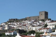 El Castillo que domina la población de Castelo de Vide, que obviamente recibe su nombre por él, fue construido por el Rey Don Dinis en el siglo XIV y reconstruido en el XVII. Desde él se recogen una panorámicas magníficas.