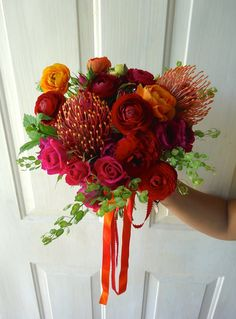 CBR267 Weddings Riviera Maya orange red and hot pink bouquet with differents shapes / Ramo  Naranja rojo y fuscia con estilos de flores diferentes