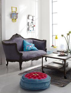 Dieses formschöne Barocksofa lädt zum Verweilen ein. Das Sofa im Antiklook wird fertig montiert geliefert. Wir bieten es in creme mit einem Baumwollbezug oder grau mit einem grauen Alcantarabezug an. - 649,00 Euro