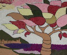 Sitges adorna sus calles con alfombras de flores para celebrar el Corpus en junio.