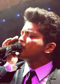 Bruno I love this man Perfect Music, Perfect Man, Bruno Mars Show, Unorthodox Jukebox, Mars Pictures, Uptown Funk, When You Smile, Sing To Me, Famous Celebrities