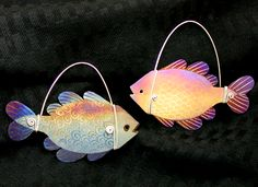 Learn how to make this wire-wrapped, light and lively colorful titanium fish! Titanium Jewelry, Jewelry Kits, Step By Step Instructions, Wire Wrapping, Christmas Ornaments, Learning, Holiday Decor, Jewellery, Contents