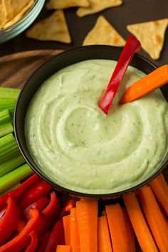 We all love ranch dips but have you tried an avocado ranch dip yet? Avocados are no doubt one of my favorite ingredients so I add them to just about Greek Yogurt Ranch Dip, Healthy Snacks, Healthy Recipes, Snacks Kids, Delicious Recipes, Avocado Recipes, Brunch, Crockpot, Appetizer Recipes