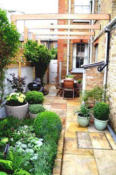 Awesome Chic Small Courtyard Garden Design Ideas For You. # courtyard Gardening Chic Small Courtyard Garden Design Ideas For You Small Courtyard Gardens, Small Courtyards, Terrace Garden, Garden Spaces, Small Gardens, Small Terrace, Brick Courtyard, Garden Grass, Shade Garden
