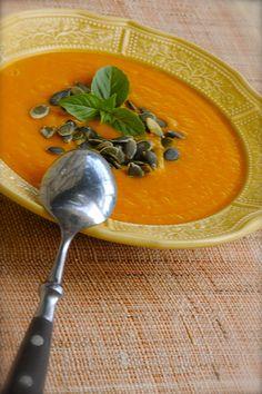 Тыквенный супНа трехлитровую кастрюлю - Луковицу, три дольки чеснока, помидор, два стебля сельдерея (я его забыла на фотке положить),  2 кг тыквы, соль, острый красный перец, черный свежемолотый, петрушку, оливковое масло, тыквенные семечки.