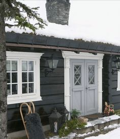 This feels like a fairytale cottage. Home exterior inspiration Lake Cabins, Cabins And Cottages, Scandinavian Cabin, Norwegian House, Unique Garden, Mountain Cottage, Winter Cabin, Wooden House, Cabins In The Woods