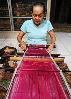 ...Tenganan Pegeringsingan is a village in East-Bali, best known for the famous double-ikat geringsing textiles, but they also do some single ikat called endek... Recently I visit a small weaving factory where they use frame looms, in this village they use backstrap looms... The warp thread is dyed in one colour and the weft thread is dyed with intricate patterns… The word ikat comes from the Indonesian verb mengikat: to bind or to tie off. #tenganan #doubleikat #endek…