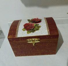Baú em papel textura colorido, com pasta ouro velho e rosas em 3D.