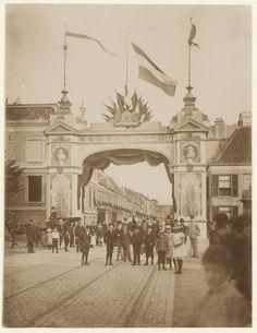 Kruisweg, 23 september 1892. Erepoort opgetrokken ter gelegenheid van het bezoek van koningin-weduwe en regentes Emma en prinses Wilhelmina.                                                           Fotograaf: Anoniem