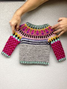 Crochet Patterns Jumper Top-down free knitting/hønsestrik Is hi Jumper by Anna Maltz - via The Craft Sessions 2016 class list This Pin was discovered by Wooly Ventures. A typical Danish sweater for years - specially loved by kid Great prices on your favo Knitting Blogs, Knitting For Kids, Baby Knitting Patterns, Crochet For Kids, Free Knitting, Knitting Projects, Knit Crochet, Crochet Patterns, Stitch Patterns