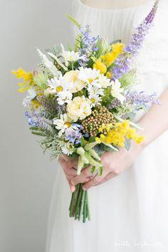 ガーデンデージー×ミモザ×ラベンダー ナチュラル クラッチブーケ_03 Small Flower Bouquet, Flower Bouquet Wedding, Small Flowers, Floral Wedding, Wedding Colors, Beautiful Flowers, Yellow Bouquets, Wedding Notes, Floral Arrangements