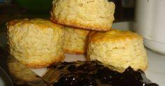 Fabulosa receta para Scones tipo americanos. Esta es la versión americana de los famosos scones. Muy parecidos a los ingleses con la pequeña diferencia que estos se asemejan más a unos pancitos altos y redondos ideales para la hora de la merienda . Te los recomiendo aún tibios acompañados con mermeladas, manteca, queso crema, jamón crudo ....mmm !!! lo que prefieras. Biscuit Bread, Deli Food, Pan Dulce, Sin Gluten, Tapas, Cupcake Cakes, Cupcakes, Catering, Bakery