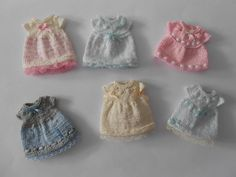 By Las Minis de Auzilio Knitting Patterns Free, Free Knitting, Knitted Dolls House, Minis, Tiny Dolls, Doll Costume, Mini Things, Doll Clothes Patterns, Amigurumi Doll