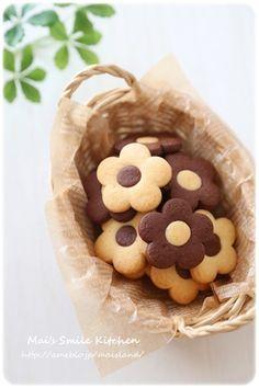 * お花のクッキー *|Mai's スマイル キッチン Small Desserts, Cute Desserts, Baking Recipes, Cookie Recipes, Dessert Recipes, Cookie Packaging, Fancy Cookies, Biscuit Cookies, Cafe Food